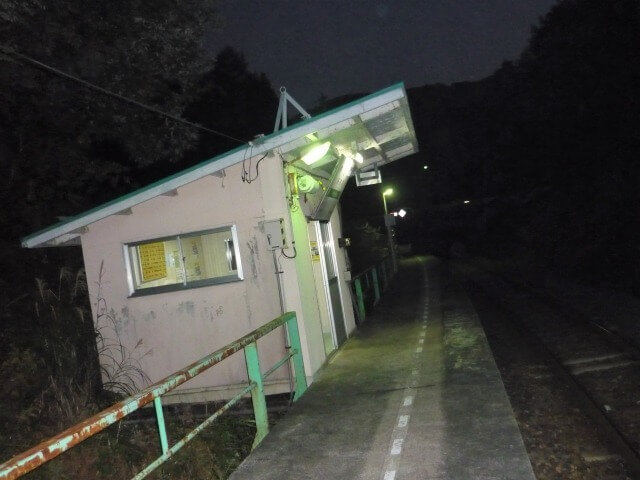 矢美津駅 構内