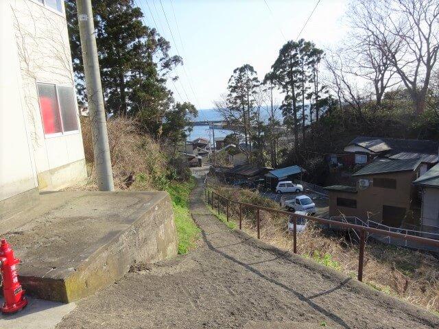 岩館駅前 渚のハイカラガンダム 手前